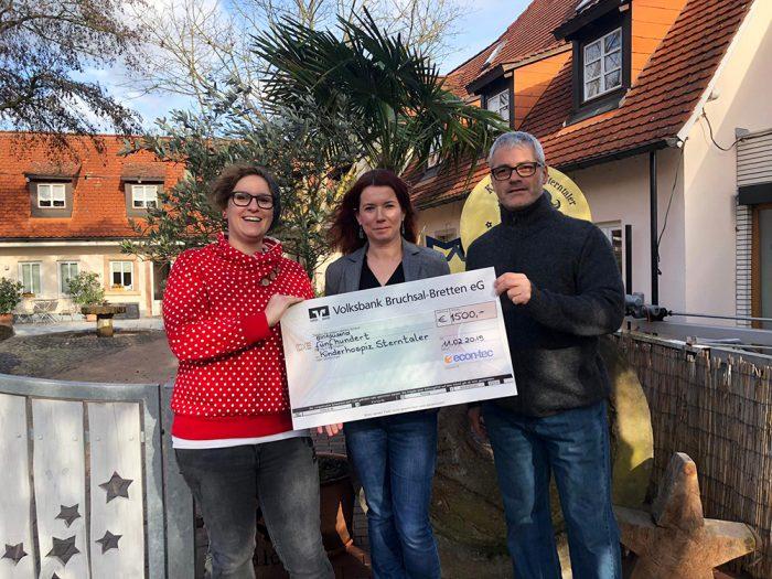 Der Geschäftsführer Jörg Keßler übergibt eine Spende von 1500 EUR.